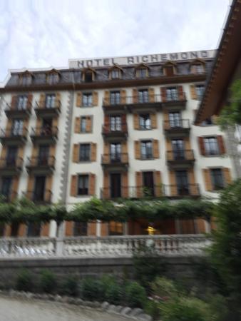 Hotel Richemond: 玄関を出ると目の前にモンブランがみえます!