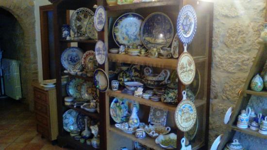 Agriturismo La Fonte : Interno della struttura vendita ceramiche