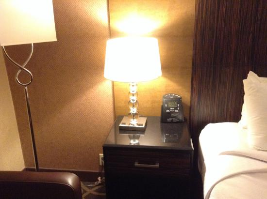 Table de chevet picture of crowne plaza newark airport - Table de chevet new york ...