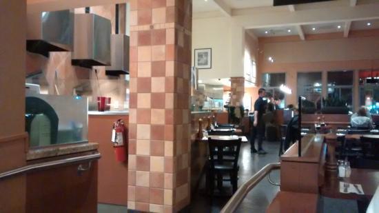 Amici's East Coast Pizzeria: El salón y parte de la cocina