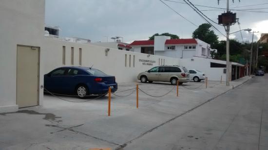 Hotel Bonampak: estacionamiento lateral con camara de vigilancia