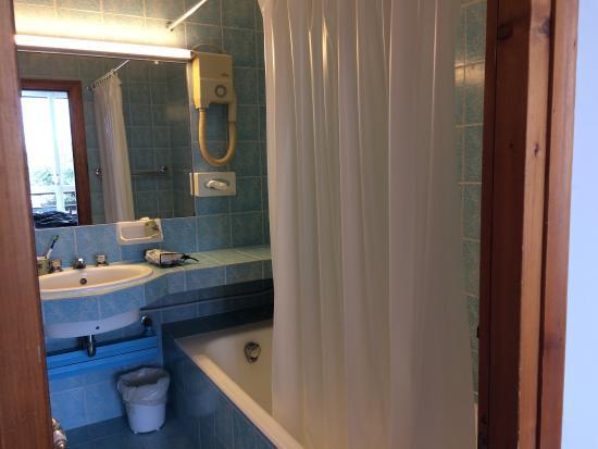 La salle de bain est basique la t l est microscopique for Salle de bain hotel