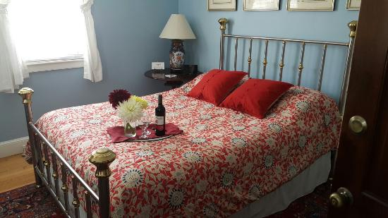 Inn at Woodstock Hill: The Dahlia Garden, Crabtree and Evelyn Dispensers in Shower, Room in the Cottage, Sesame Pan Sea