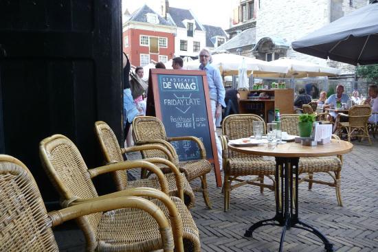 Restaurant & Eetcafe De Waag: Столики с видом на ратушу