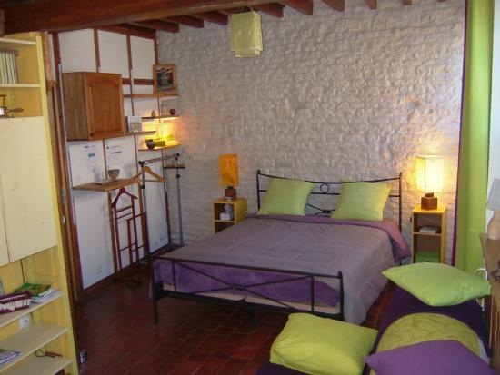 Aillant-sur-Tholon, Francia: Chambre bas le lit