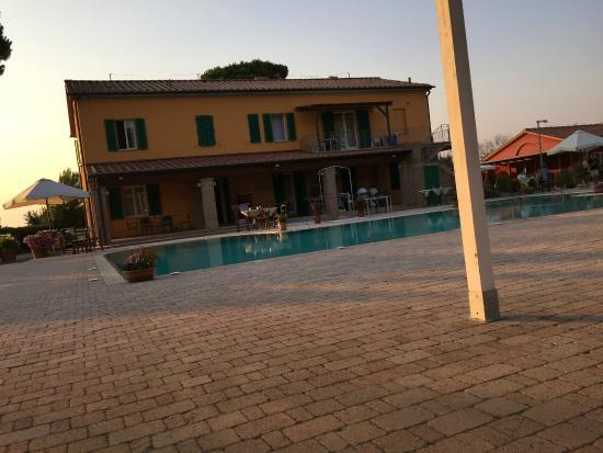 Residence Ombraverde: Hotel vom Pool aus gesehen