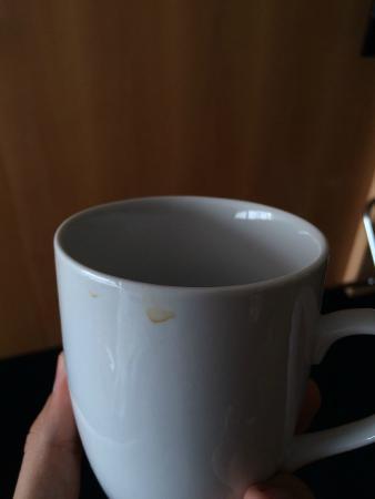 Clarion Suites Senart Paris Sud: Tasse sale. La vaisselle a-t-elle été faite ?