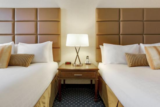 Coast Plaza Hotel & Conference Centre: Double Queen Comfort Room