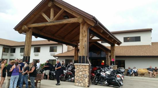 AmericInn Lodge & Suites Belle Fourche: Bikes parked under the front of the hotel for the storm