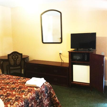 Palatine Bridge, NY: clean beds, microwave, air conditioning, free WiFi, mini fridge