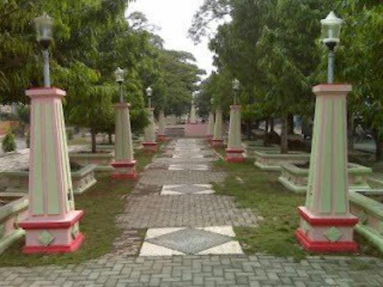 Cepu, Indonesia: Taman ini dihiasi lampu lampu berjejeran