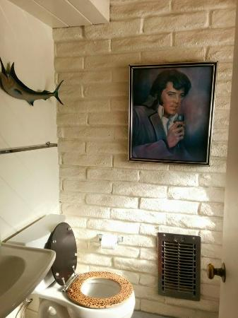 Ruby Montana's Coral Sands Inn: Bathroom of the Liberace Suite