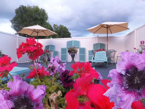 The Lake George Windsor Motel: Poolside Deck