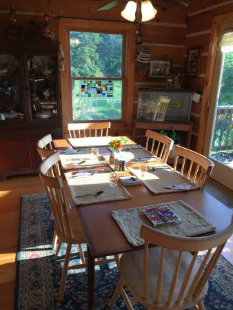 Big Island, VA: Sunny breakfast table