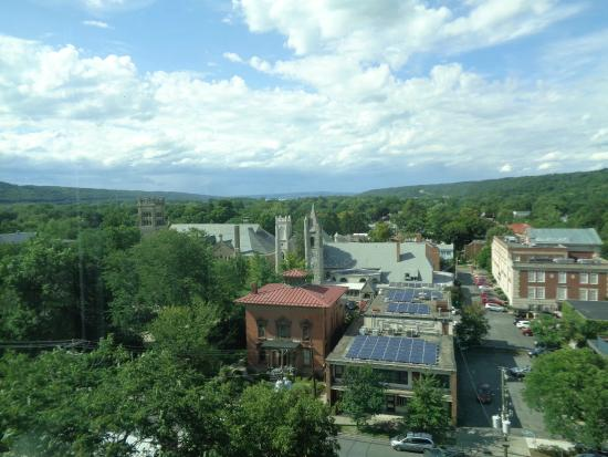 Hilton Garden Inn Ithaca: You can see the lake in the background