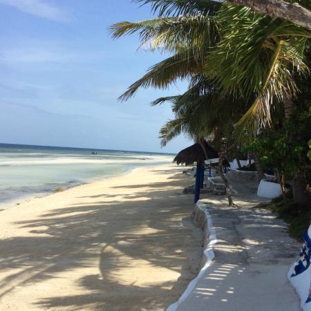 Casa de la Playa Beach Resort : Path along the beach front. . . doesn't go far