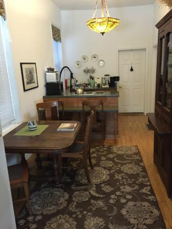 House of Two Urns Bed and Breakfast: Common are looking toward kitchen
