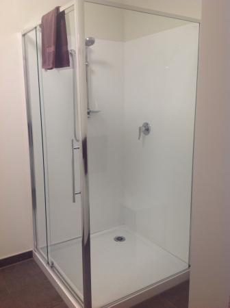 Gothic Heights Motel: Shower