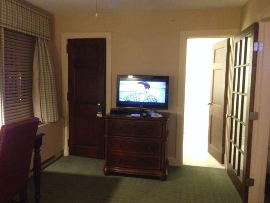 Exeter Inn : TV & Dresser
