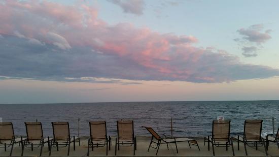 ذا جارلاندز: Seaside views