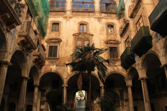Orientale: Awesome palacial courtyard you must cross to access the hotel