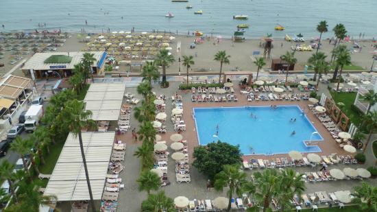 Hotel Riu Nautilus: Zwembad en de vele ligbedden
