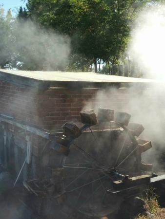 Hot Lake Springs Bed and Breakfast: Water wheel