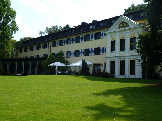 Parkhotel Hohenfeld Munster: The hotel seen from the garden
