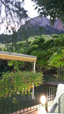 Can Boix: Un coin de La terrasse avec vue magnifique a l'arriere sur la montagne.