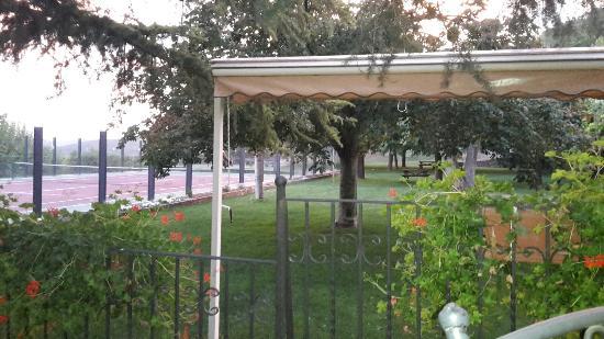 Can Boix: Vue de la terrasse sur le tennis