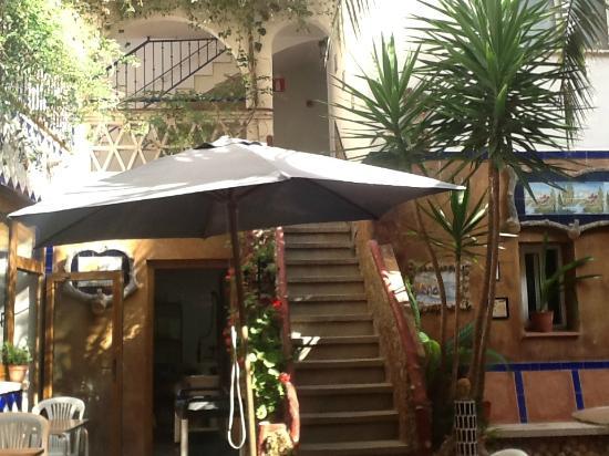Hotel El Camí: отдых в жару во дворике отеля