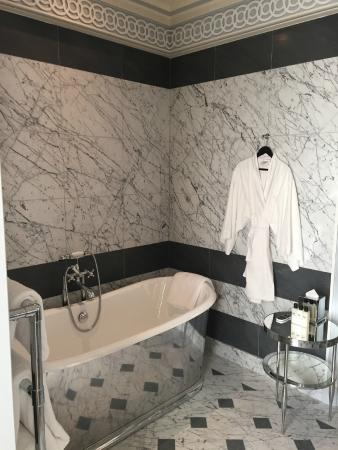 salle de bain en marbre mate - Picture of La Reserve Paris ...