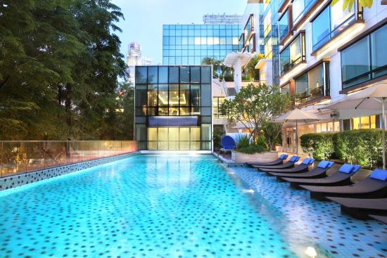 Park Regis Singapore: 25m lap pool with signature cascading waterfall