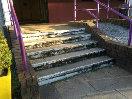 Premier Inn Cardiff (Roath) Hotel: Steps to reception