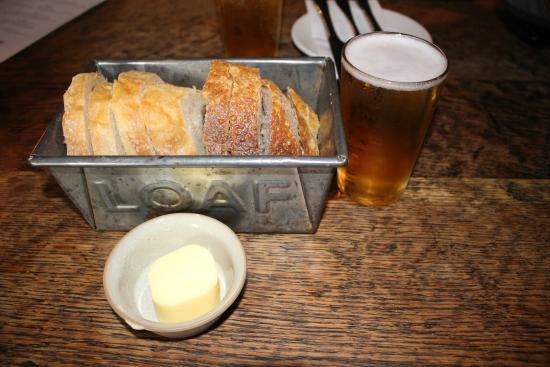 The Village Pub: パン&ビール