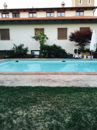 Hotel Rutiliano: La splendida piscina nel verde