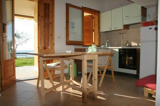 Bilocali in riva al mare: cucina - Picture of Le Casette sul Mare ...