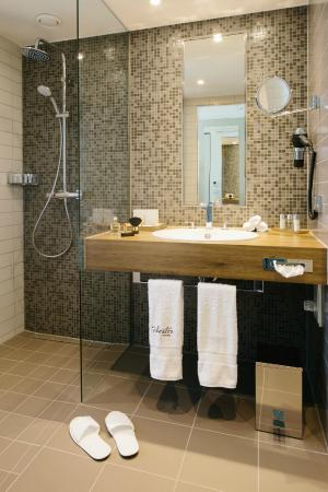 badezimmer mit ebenerdiger regenwald dusche bild von hotel chester heidelberg heidelberg. Black Bedroom Furniture Sets. Home Design Ideas