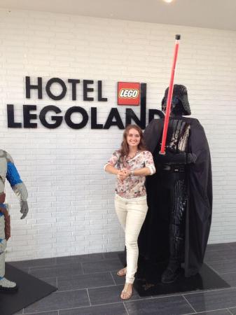 Hotel LEGOLAND: Вход в отель охраняет Дарт Вейдер))
