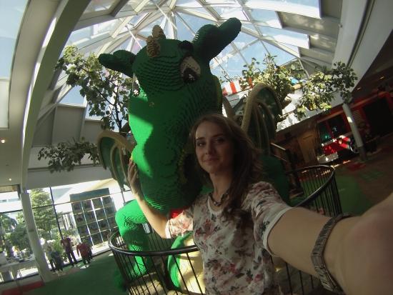 Hotel LEGOLAND: Дракон из лего в холле отеля