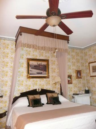 Pinehill Inn: Bonaparte Room