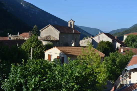 Treschenu-Creyers, ฝรั่งเศส: Vue sur le village et l'église