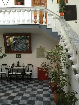 Nikos Vergos: Внутренний дворик отеля