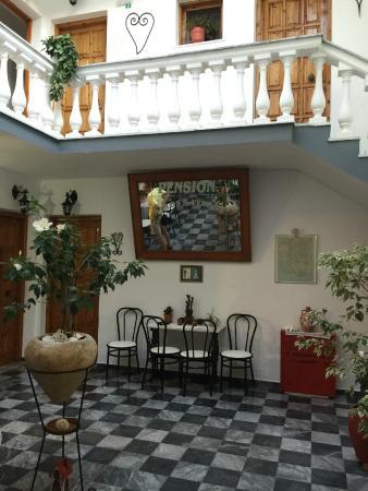 Nikos Vergos: Отель