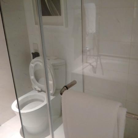 Carlton City Hotel Singapore: Nice shower with hot water