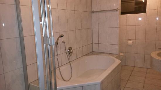 Neuburg am Rhein, Alemania: Badezimmer mit Duschkabine und Wanne