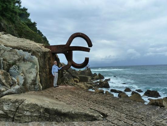detalle de una de las esculturas - picture of peine del viento