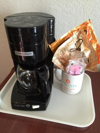 La Quinta Inn Lynnwood : Outdated coffee maker & old coffee mug