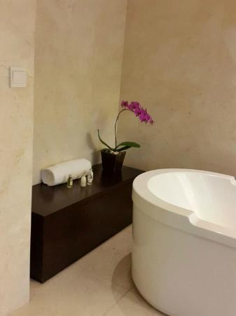 Padma Hotel Bandung Bathtub