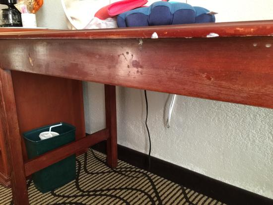La Quinta Inn Lynnwood: Old, scraped up furniture